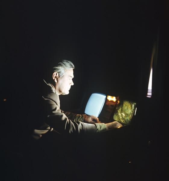 Герой Советского Союза, лётчик-космонавт СССР Василий Лазарев в классе природоведения изучает возможности многозональной съёмки. Центр подготовки советских космонавтов в Звездном городке.