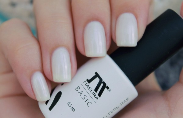 Белый перламутровый лак на ногтях 20