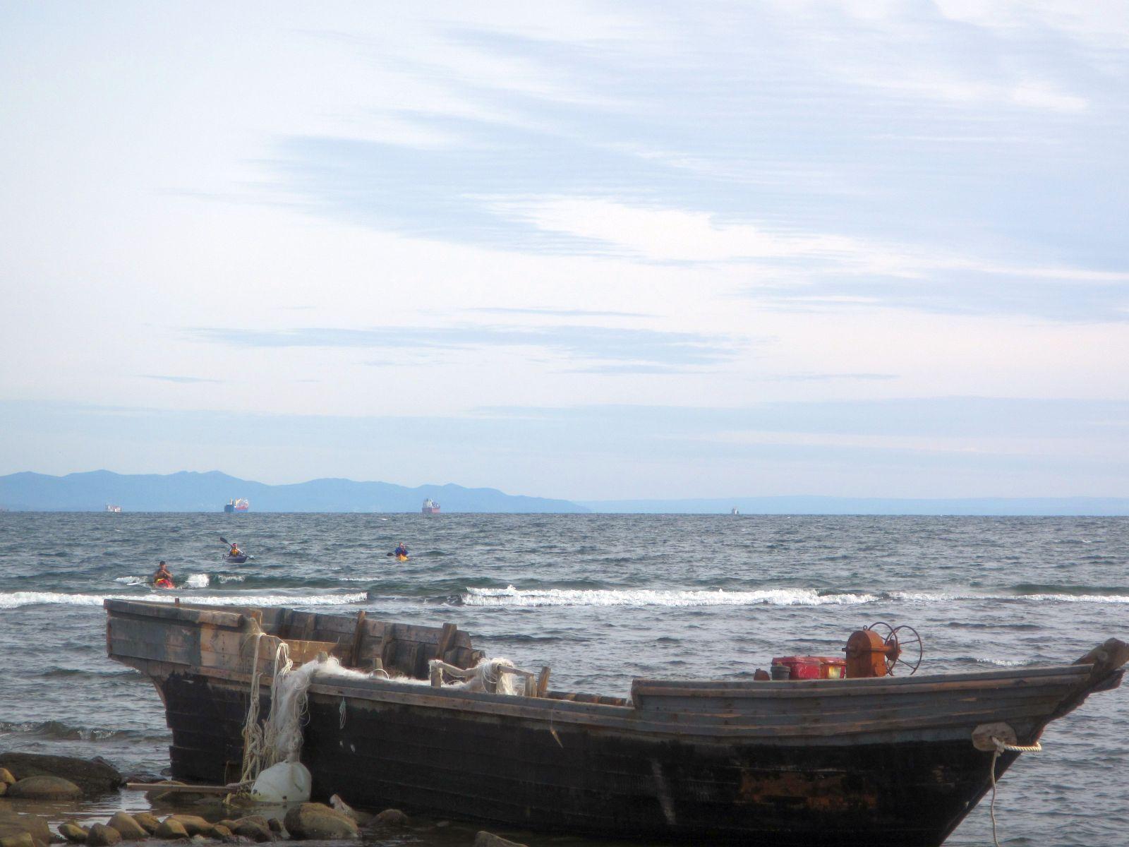 11 Преодоление прибоя на фоне потерпевшей кораблекрушение браконьерской корейской шхуны