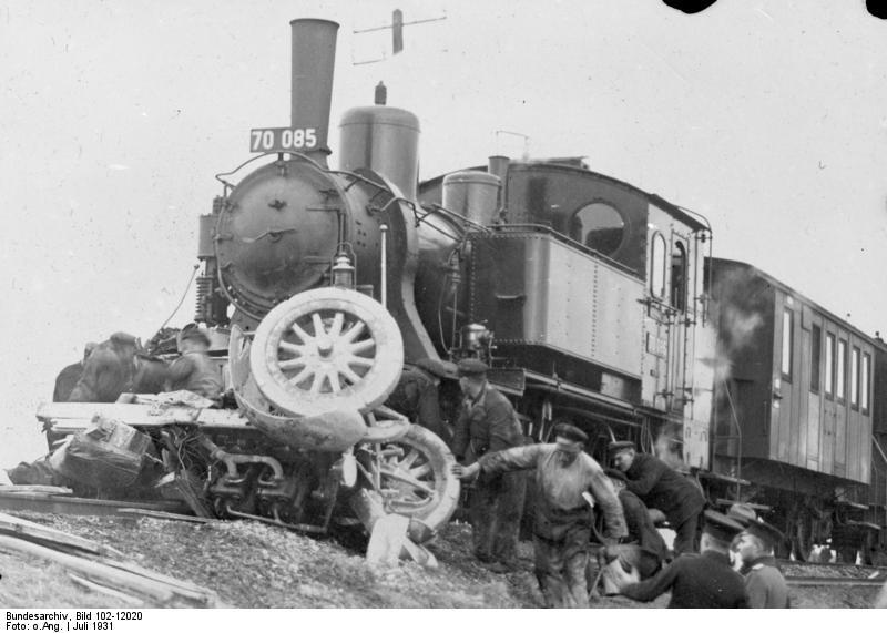 Bundesarchiv_Bild_102-12020,_Unfall_an_ungesch-tztem_Bahn-bergang