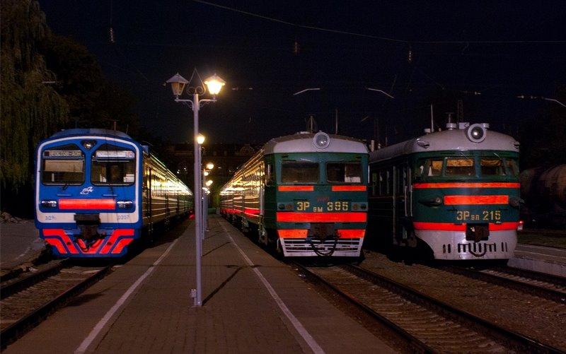 Электропоезд ЭР9П-215, ЭР9М-395 и ЭД9М-207 в тупике станции Таганрог-I