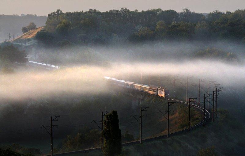 Напроход под сень тумана. Электровоз ЧС4-208 с поездом №12 Симф