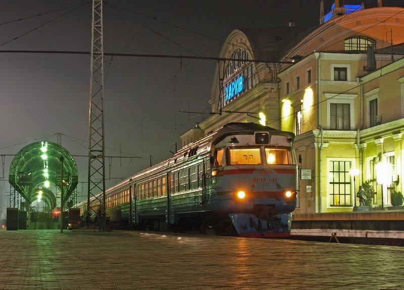 Дизель-поезд ДР1А-141 на станции Харьков-Пассажирский