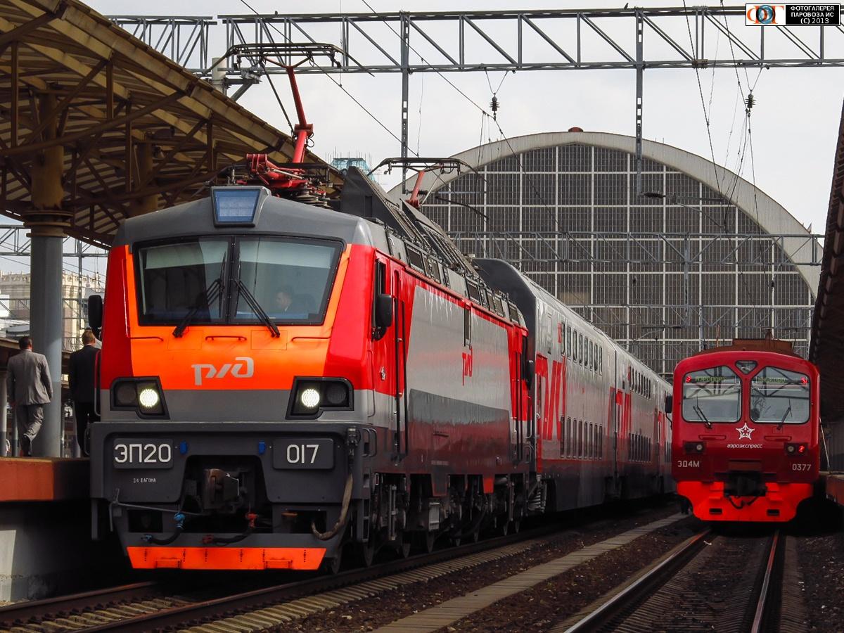 Электровоз ЭП20-017 с двухэтажным поездом на станции Москва-Пассажирская-Киевская