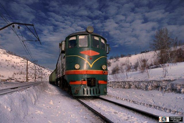 Тепловоз ТЭ3-6530 с грузовым поездом и паровоз Эм715-12, Мундыбаш, Россия,Кемеровская обл.