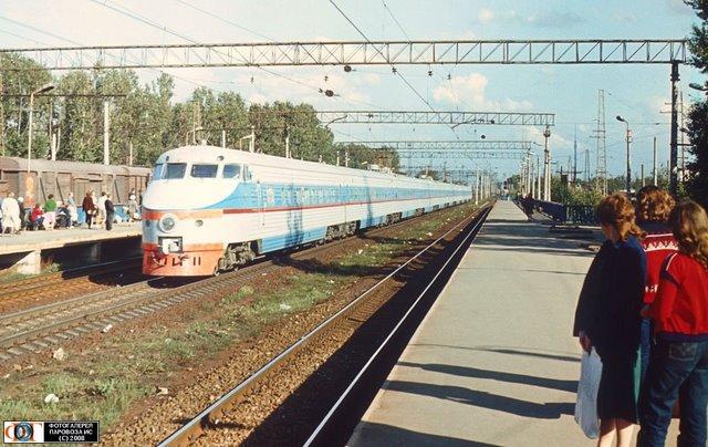 Электропоезд ЭР200-1 проходит мимо платформы Ховрино, Россия Моск