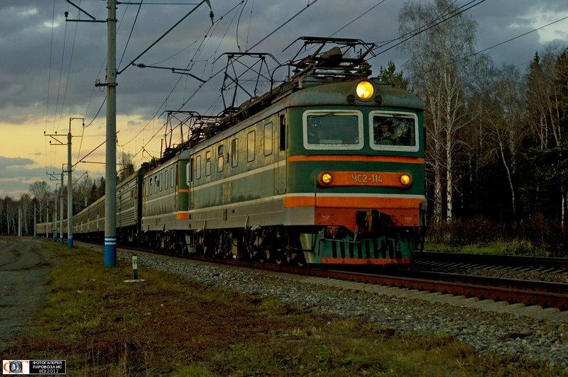 Электровозы ЧС2-114 и ЧС2-208 с поездом, перегон Оверята - Кур