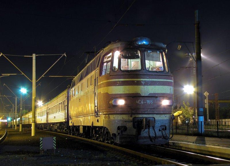 Электровоз ЧС4-155 с пассажирским поездом на ст. им. Тарас