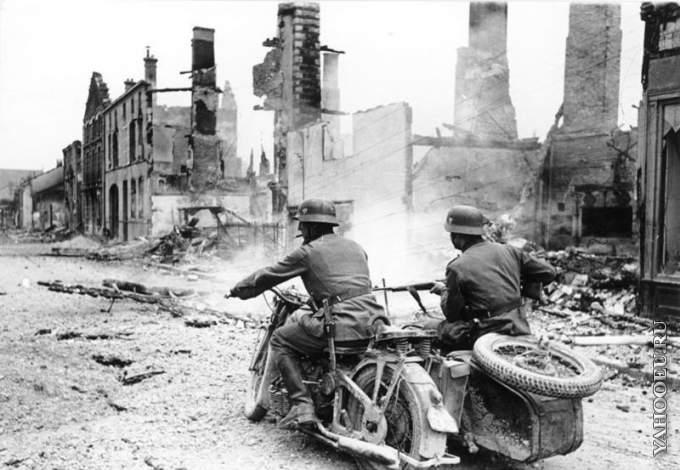 1323538791_nemeckie-motociklisty-v-razrushennom-francuzskom-gorode
