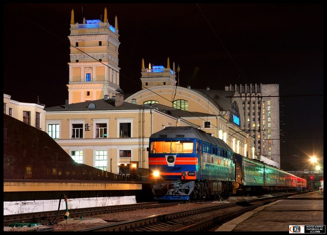 Тепловоз ТЭП70-0145 на фоне вокзала ст. Харьков
