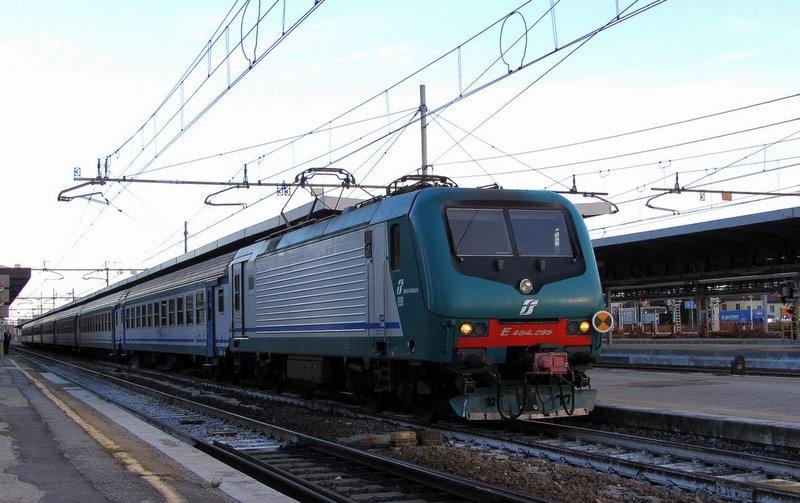 Электровоз  Бомбардье E 464.295 с региональным поездом отправляется со стан