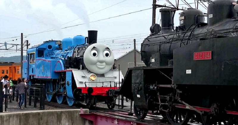 thomas-tank-engine-tows-another-steam-train-during-test-watched-by-public 1