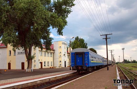 Поезд Измаил - Киев в ожидании пассажиров и тепловоза