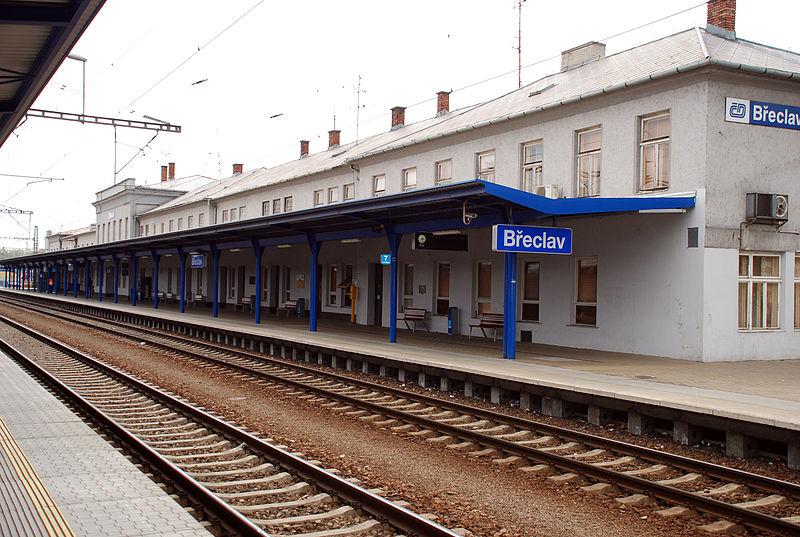 800px-Breclav_Bahnsteig_beim_Bahnhofsgebäude