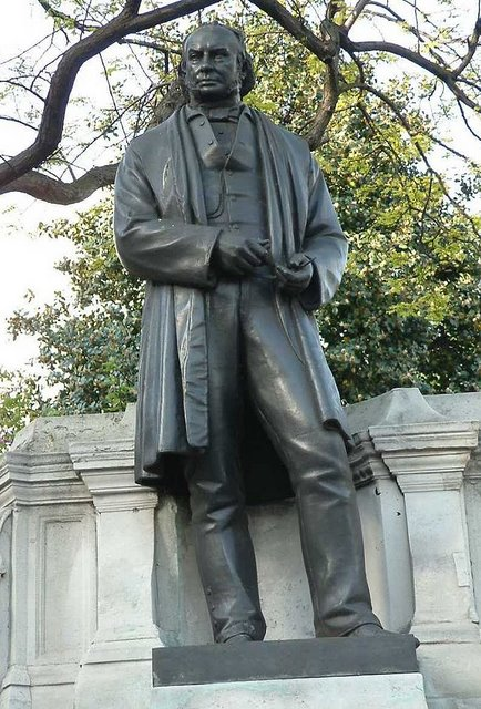 640px-Isambard_Kingdom_Brunel_-_Bronze_-_Temple_-_London