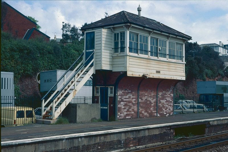 1280px-Dawlish_Signal_Box_(Disused),_13-5-87._-_geograph.org.uk_-_1710632