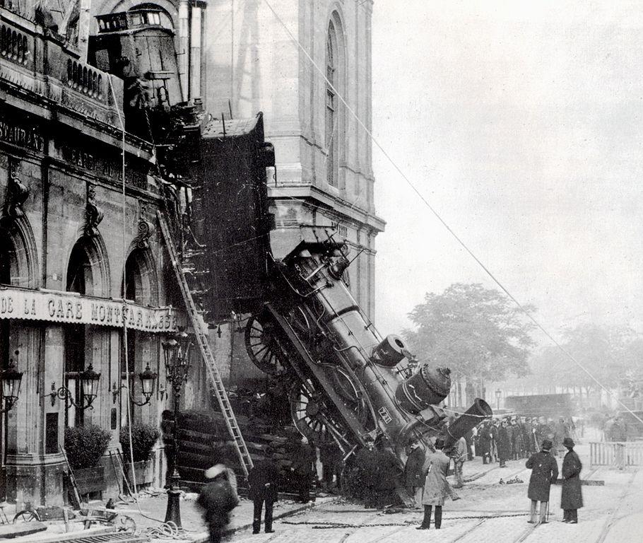 910px-Train_wreck_at_Montparnasse_1895_2