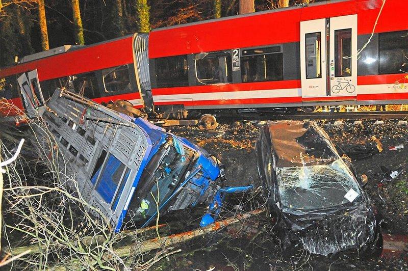 An-einem-Bahnuebergang-bei-Roxel-ist-eine-Regionalbahn-mit-einem-Lkw-zusammengestossen-der-Zug-entgleiste_image_1024_width2-1