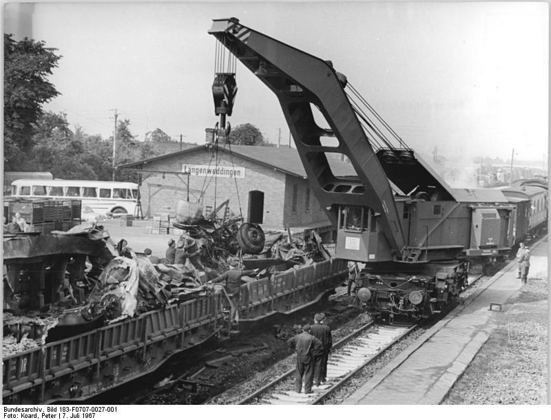 Bundesarchiv_Bild_183-F0707-0027-001,_Langenweddingen,_Eisenbahnunglück,_Aufräumungsarbeiten