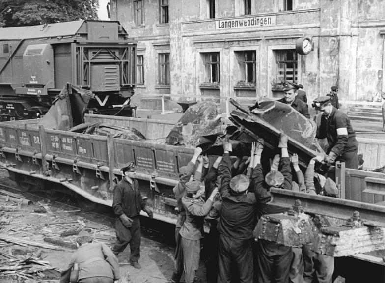 Bundesarchiv_Bild_183-F0707-0029-001,_Langenweddingen,_Eisenbahnunglück,_Aufräumen