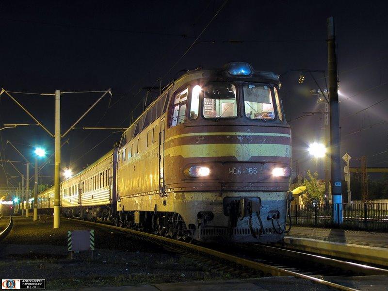 Электровоз ЧС4-155 с пассажирским поездом на ст. им. Тара