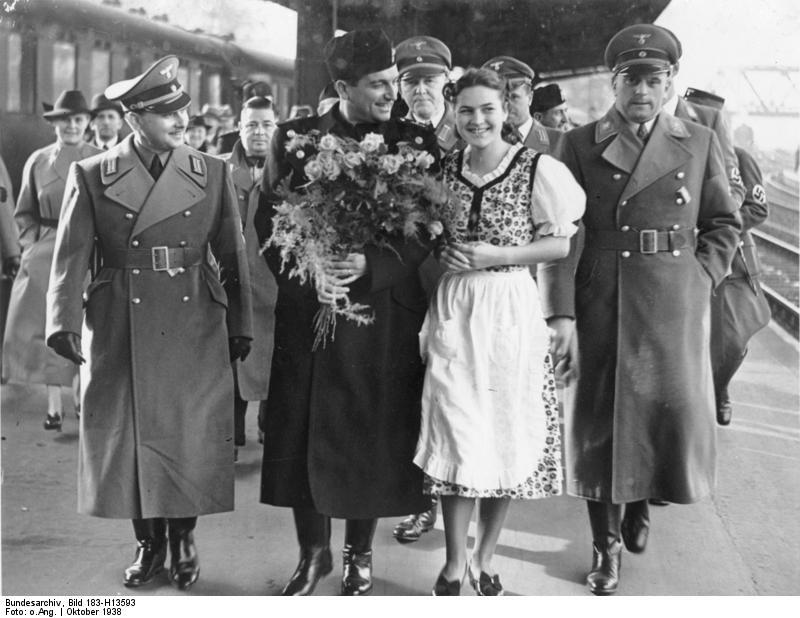 Bundesarchiv_Bild_183-H13593,_Berlin,_Tullio_Cianetti_auf_dem_Anhalter_Bahnhof