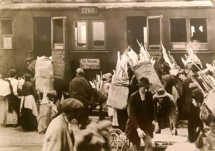 Anhalter-Bahnhof-früher-Holz-sammeln