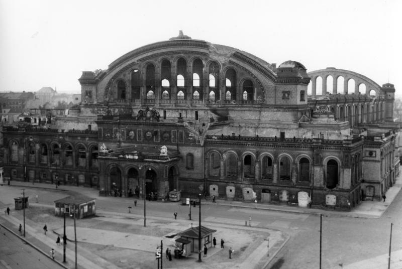Bundesarchiv_B_145_Bild-P054491,_Berlin,_Ruine_des_Anhalter_Bahnhofes