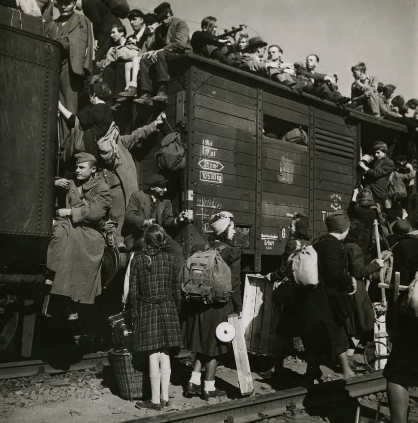 Overcrowded-train-waiting-to-depart-from-Anhalter-Bahnhof-Berlin-Germany-August-1945