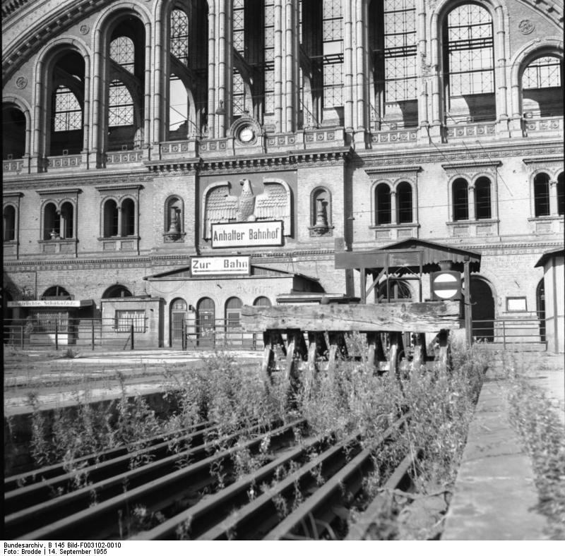 Bundesarchiv_B_145_Bild-F003102-0010,_Berlin,_Anhalter_Bahnhof
