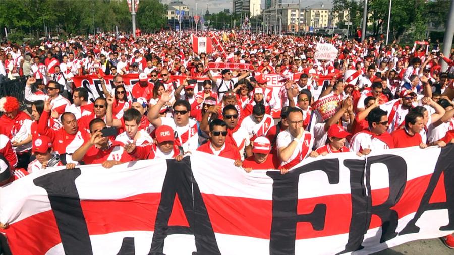 Перуанские болельщики устроили многотысячное шествие к стадиону в Екатеринбурге