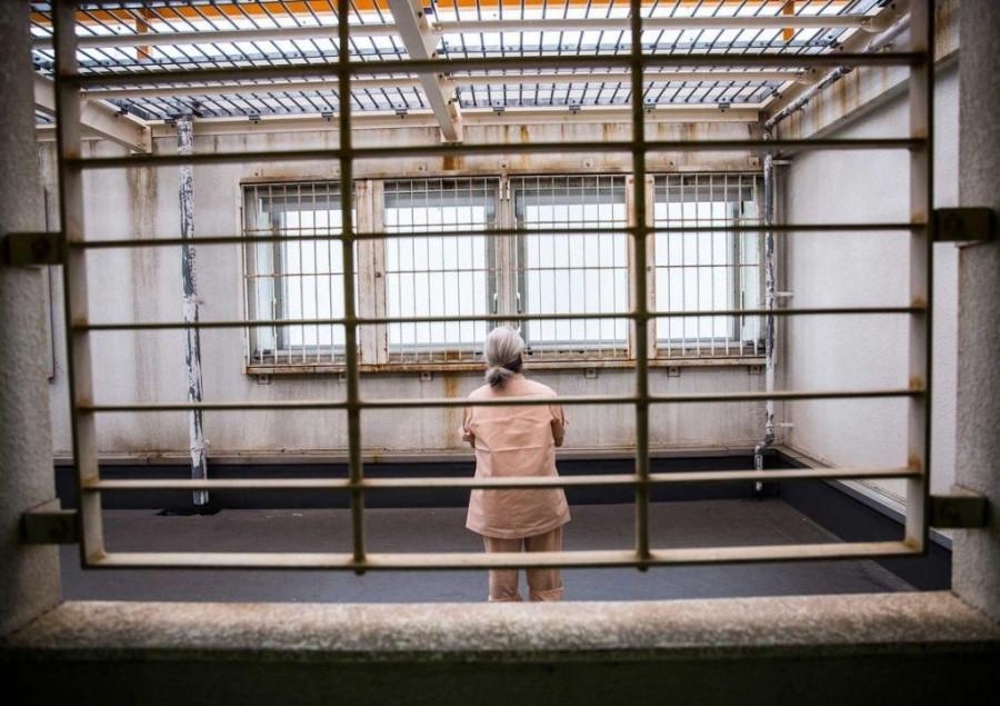 Пожилые японки специально садятся в тюрьмы
