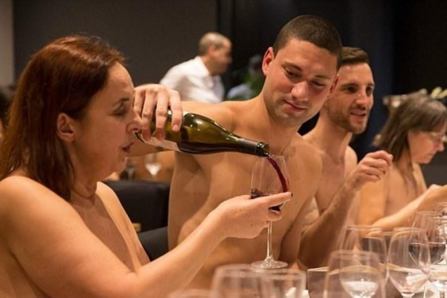 Одетым вход воспрещен: в Париже открылся ресторан для нудистов