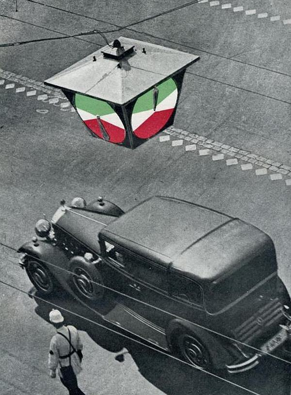 15 января 1930 года  в Ленинграде заработал первый в СССР светофор