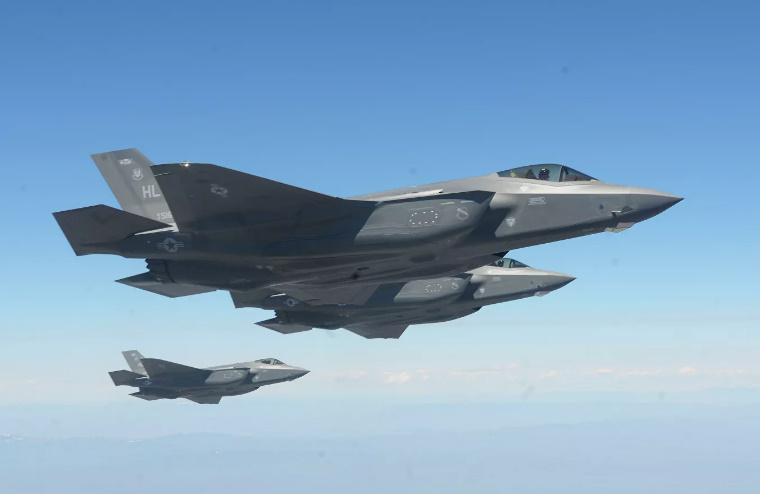 """F-35 назвали """"айфоном"""" по сравнению с Су-57"""