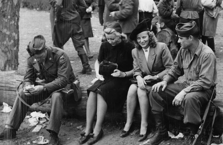 Два солдата трахнули девочку фото 210-23