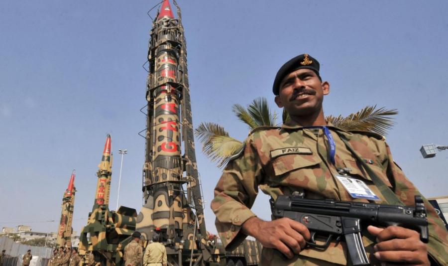 пакистанец_на_фоне_пакистанского_ядерного_оружия-1080x641