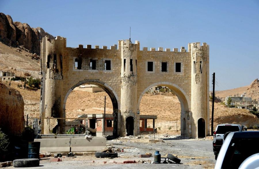 Въездные ворота в Маалюлю, пострадавшие в результате нападения группы боевиков
