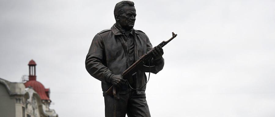 Автор памятника Калашникову ответил Макаревичу