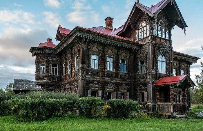 Заброшенный терем - все, что осталось от некогда большой деревни в Костромской области