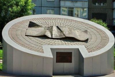 pamyatnik-desyatke-v-krasnoyarske-517x319
