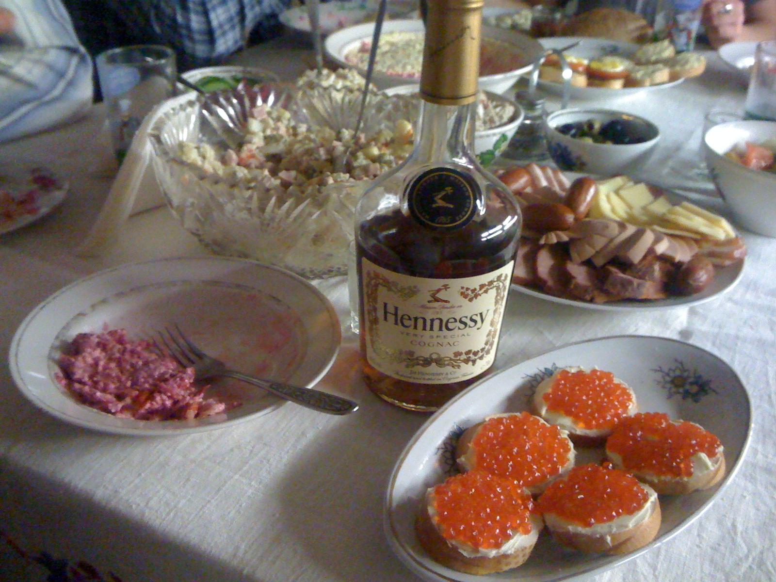 Селёдка под шубой, коньяк и красная икра)