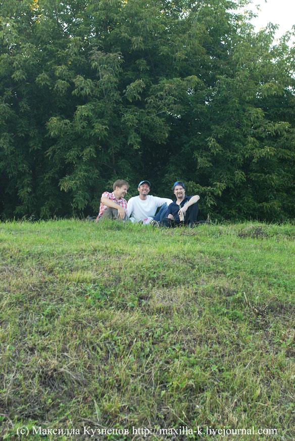 сидя на красивом холме