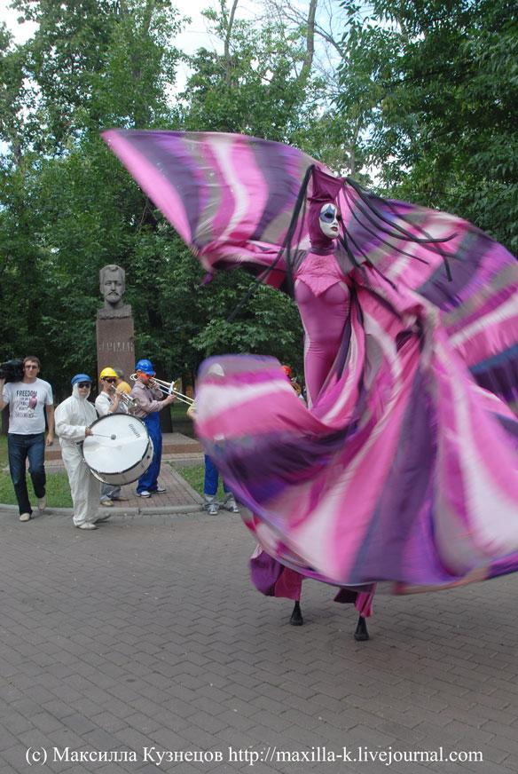 парад ходулистов