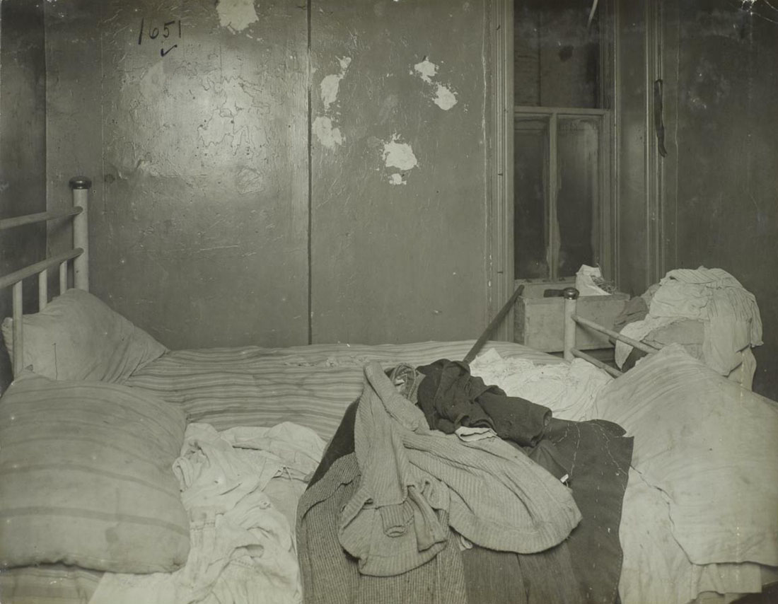 С негром у себя в спальне 2