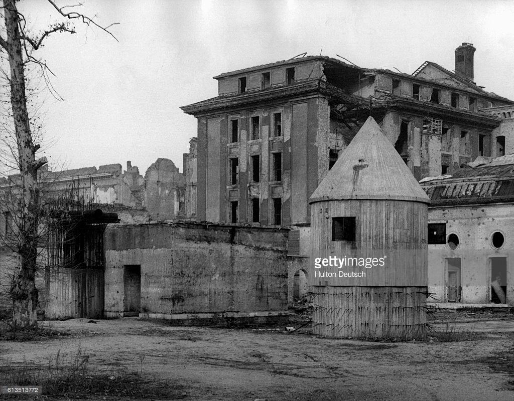 На руинах Рейхсканцелярии.