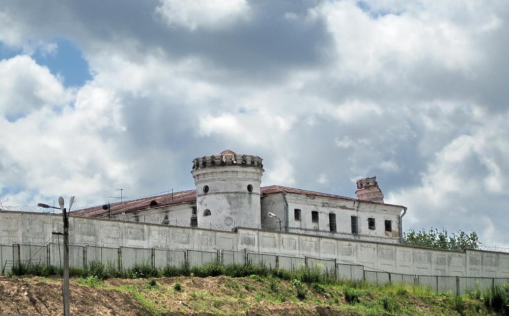Страшная тюрьма и камера, в которой держат puerrtto.