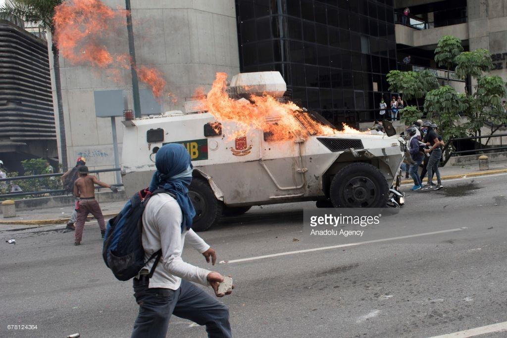 В Венесуэле начинается настоящий майдан (фото).