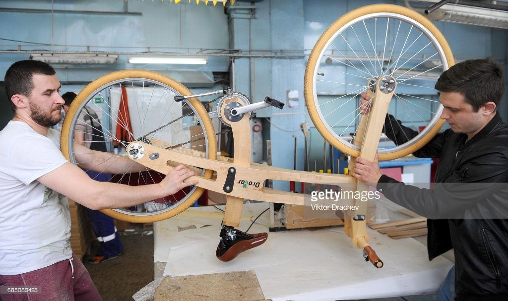 В Беларуси сделали деревянный велосипед.