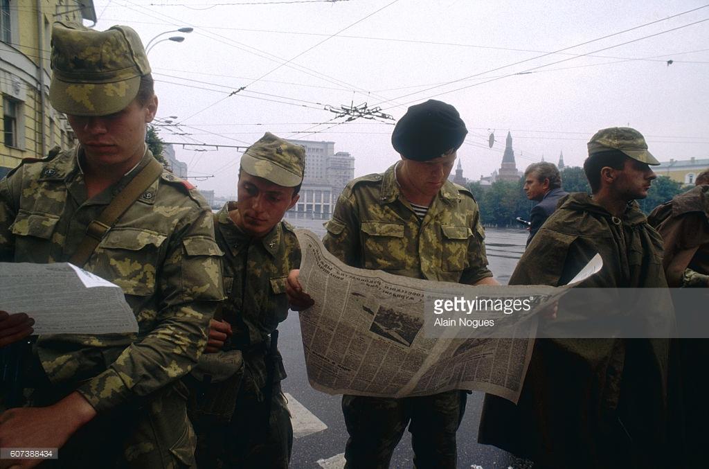 Смотреть как солдаты сосут письку у майора